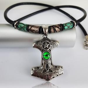 Zöldszemes Thor Hammer nyaklánc, Ékszer, Nyaklánc, Férfiaknak, Bőrművesség, Ékszerkészítés, Ha szereted a különleges ékszereket, akkor ez a lenyűgöző kelta nyaklánc a te ruhatárad kiegészítője..., Meska