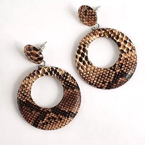 Kerek, drapp kígyómintás  fülbevaló., Lógós kerek fülbevaló, Fülbevaló, Ékszer, Bőrművesség, Ékszerkészítés, Kör alaku kígyómintás drapp-barna pu bőr fülbevaló.\nMéret: kör átmérő: 4,5 cm\nAnyag: fém (nikkelment..., Meska