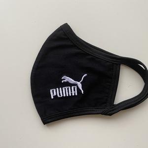 Fekete pamut  Puma mintás  felnőtt szájmaszk, maszk, , Maszk, Arcmaszk, Hímzés, Varrás, A szájmaszk fekete puha kétrétegű pamutból készült, fehér gépi hímzéssel.\nKívül tökéletesen illeszke..., Meska
