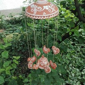 Szélcsengő virágos, szives, Otthon & lakás, Lakberendezés, Dekoráció, Kerti dísz, Kerámia, Vörösre égő agyagból készült szélcsengő. Két csengőt és nyolc függő díszt tartalmaz . A teljes hossz..., Meska