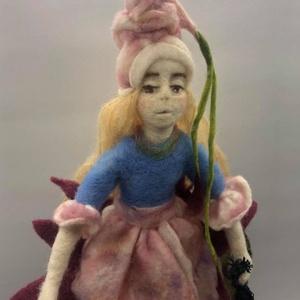 Tótündér, Játék & Gyerek, Nemezelés, Tavirózsán ülő Tótündér, dekoráció.\nPuha gyapjúból tűnemezeléssel készítettem, melegséget és nyugalm..., Meska