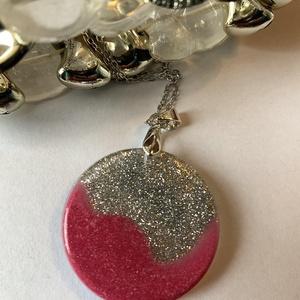 Pinksilver nyaklánc, Ékszer, Nyaklánc, Medálos nyaklánc, Ékszerkészítés, Rózsaszín és ezüst összeolvadása ebben a műgyantából készült egyedi medálban.\n\nA medál átmérője: 3,5..., Meska