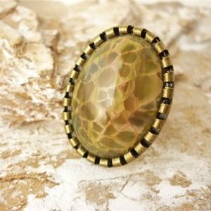 Sárkánybőr - bézs sárkányachát gyűrű, Statement gyűrű, Gyűrű, Ékszer, Ékszerkészítés, Nagy méretű, 25x18-as, különlegesen szép sárkányachát kabosont raktam mintás szélű,bronz, nikkelment..., Meska