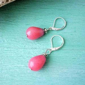 Pink jade csepp - ásvány fülbevaló sterling ezüst akasztóval, Ékszer, Fülbevaló, Lógó csepp fülbevaló, Ékszerkészítés, Csepp alakúra formált, világos pink jadéból készült ez a fülbevaló. Minimális nemesacél díszítést al..., Meska