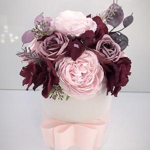 Virágos box , Otthon & Lakás, Dekoráció, Asztaldísz, Virágkötés, Papír boxba gyönyörű selyem virágokat tettem .\nA postaköltségek a mindenkori díjszabás szerintiek.\nS..., Meska