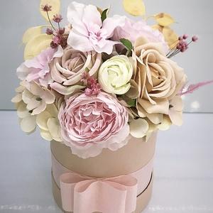 Virágos box, Otthon & Lakás, Dekoráció, Asztaldísz, Virágkötés, Papír boxba gyönyörű selyem virágokat tettem.\nA postaköltségek a mindenkori díjszabás szerintiek.\nSz..., Meska