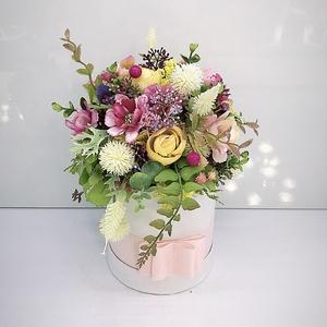 Virágos papír box , Otthon & Lakás, Dekoráció, Ajtódísz & Kopogtató, Virágkötés, Papír boxba gyönyörű selyem virágokat tettem .\nA postaköltségek a mindenkori díjszabás szerintiek.\nS..., Meska