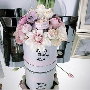 Anyák napi box, Otthon & Lakás, Dekoráció, Asztaldísz, Virágkötés, Papír boxba gyönyörű selyem virágokat és dekorokat tettem.\nA postaköltségek a mindenkori díjszabás s..., Meska