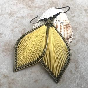 """Fonal fülbevaló - Teli (sárga), Ékszer, Fülbevaló, Ékszerkészítés, Levél alakú fonal fülbevalóim \""""teli\"""" változata, sárga színben. A fülbevalók kézzel készültek, fém al..., Meska"""
