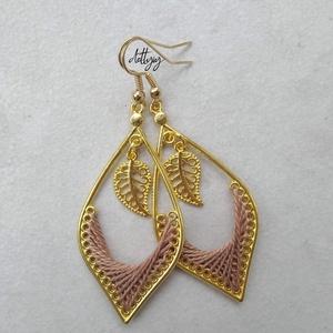 Lombhullás fonal fülbevaló (barna) - ékszer - fülbevaló - lógó csepp fülbevaló - Meska.hu