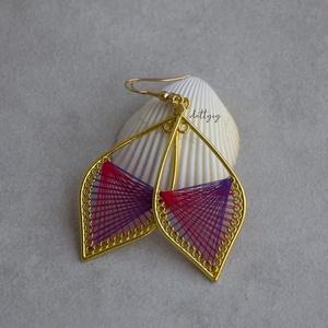"""Fonal fülbevaló - Ombre (lila-piros), Ékszer, Fülbevaló, Lógó csepp fülbevaló, Ékszerkészítés, Levél alakú fonal fülbevalóim \""""ombre\"""" változata. A fülbevalók kézzel készültek, fém alapra jó minősé..., Meska"""
