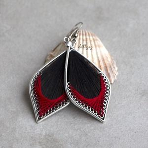 """Fonal fülbevaló - Klasszikus (fekete-piros), Ékszer, Fülbevaló, Lógó csepp fülbevaló, Ékszerkészítés, Levél alakú fonal fülbevalóim \""""klasszikus\"""" változata. A fülbevalók kézzel készültek, fém alapra jó m..., Meska"""