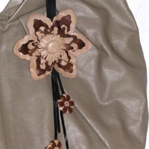 Aranylóan fénylő barna és drapp virágos bőr táskadísz, fityegő, Táska & Tok, Kulcstartó & Táskadísz, Táskadísz, Bőrművesség,  Kézzel varrott, szabott virágos táskadísz. \n Színjátszós barna - arany és drapp virágok kombinációj..., Meska