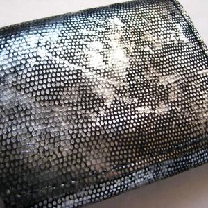 Ezüst fényű és fekete bőr pénztárca, Pénztárca, Pénztárca & Más tok, Táska & Tok, Bőrművesség,  Klasszikus fekete, egy csipetnyi ezüsttel megszórva.\nAlapja gyík mintás ezüst fényű bőr, belül pedi..., Meska