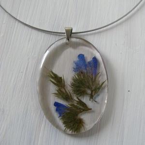 Romantikus kék virágos nyaklánc, Ékszer, Ballagás, Nyaklánc, Medál, Ékszerkészítés,  Gyantából készült, átlátszó valódi, préselt kék virággal díszítve. A medálakasztó orvosi fémből ké..., Meska