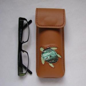 Barna teknős mintás bőr tolltartó, szemüvegtok, Szemüvegtok, Pénztárca & Más tok, Táska & Tok, Bőrművesség, Kézzel varrott, szabott, kívül belül bőr tolltartó (bőrrel bélelt).\n Barna alapon teknős díszítéssel..., Meska