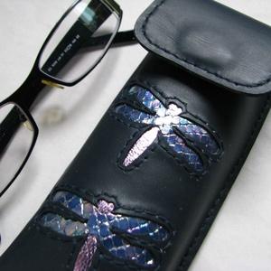Kék hologramos szitakötő mintás bőr tolltartó, szemüvegtok  (Dettymoon) - Meska.hu