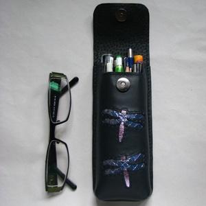 Kék hologramos szitakötő mintás bőr tolltartó, szemüvegtok , Táska, Táska, Divat & Szépség, Pénztárca, tok, tárca, Szemüvegtartó, Bőrművesség, Kéttűs kézi bőr varrással összeállítva, 100% bőr, kívül belül (bélelt).\n Matt sötétkék alapú. A dísz..., Meska