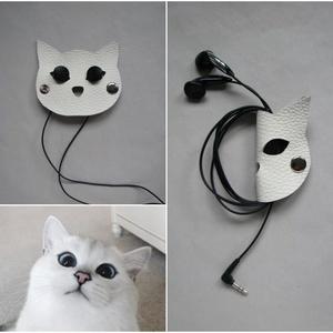 Fehér macska fülhallgató, töltő, tartó bőr kábelrendező, Táska, Divat & Szépség, Táska, Laptoptáska, Egyéb, Bőrművesség, Napjainkban mindenki használ műszaki kütyüket; ki többet, ki kevesebbet. Akár usb csatlakozó, laptop..., Meska