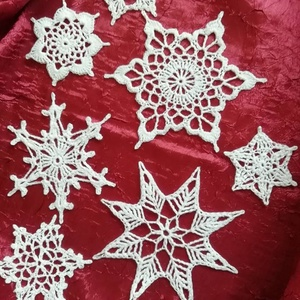 Horgolt karácsonyi hópelyhek , Karácsonyi dekoráció, Karácsony & Mikulás, Otthon & Lakás, Horgolás, Gyönyörű, kézzel horgolt karácsonyi hópelyhek.\n\nFelhasználható dekorációként, és karácsonyfára díszk..., Meska