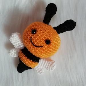 Horgolt méhecske, Otthon & lakás, Dekoráció, Amigurumi technikával, kézzel horgolt méhecske.  Magassága kb.: 12 cm.  100 % pamuttartalmú fonalból..., Meska