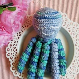 Baby polip kicsiknek, Otthon & lakás, Dekoráció, Amigurumi horgolási technikával készült polip, 100% pamut fonalból.  Megnyugtatja a kicsiket, mert a..., Meska