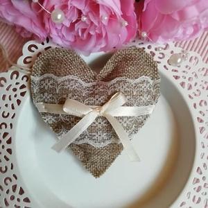 Esküvői köszönőajándék szívecske, Esküvő, Meghívó, ültetőkártya, köszönőajándék, Hímzés, Esküvői köszönőajándék szívecske, juta anyagból, csipkével és szatén szalaggal., Meska
