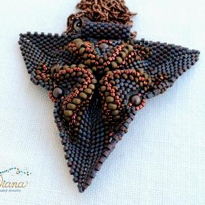 Twist medál, Ékszer, Nyaklánc, Medál, Különleges, háromszög medál. Japán gyöngyökből fűzött egyedi medál. Alapszíne sötét szilva lila, ami..., Meska