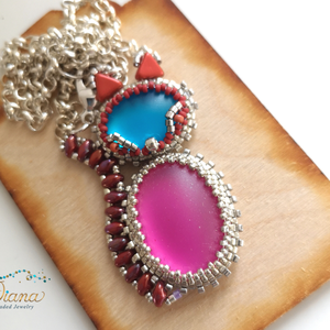 Cica gyöngyfűzött medál , Ékszer, Nyaklánc, Medálos nyaklánc, Gyönyörű kék és rózsaszínű kabosonok befoglalásával készült cica medál. A medál hossza 5.5cm Ezüst s..., Meska