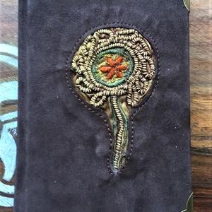 Barna-virágos titkos napló, Jegyzetfüzet & Napló, Papír írószer, Otthon & Lakás, Könyvkötés, Bőrművesség, Ezt a 17x12-es Bőrkötésű könyvecskét szalagra fűzött technikával készítettem. A lapok érdekes, szép,..., Meska