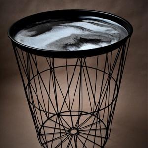 Design ezüst-fehér dohányzóasztal , Otthon & Lakás, Lakberendezés, Festészet, Különleges, absztrakt festménnyel díszített modern fémvázas lerakóasztal.\n\nA klasszikus fekete és fe..., Meska