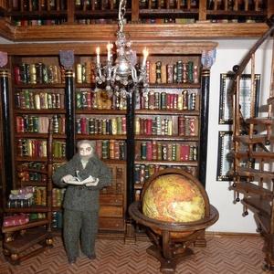 Tudós a könyvtárban, Képzőművészet, Otthon & lakás, Dekoráció, Lakberendezés, Dísz, Mindenmás, A dioráma egy régi, emeletes könyvtár belsejét mintázza meg, amelyben egy öreg tudós a régi földgömb..., Meska