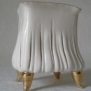 Fehér-arany porcelán gyertyataró, Otthon & Lakás, Dekoráció, Kerámia, Négyszögletű, kehely formájú, arany lábakon álló, csíkosan átvilágító, elegáns gyertyatartó. Tört fe..., Meska