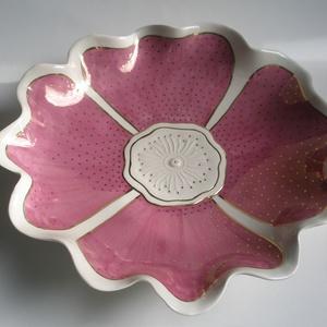 Viola tálaló, Otthon & lakás, Dekoráció, Ünnepi dekoráció, Lakberendezés, Konyhafelszerelés, Viola színű, virág formájú nagy tálaló tál, (30 cm), arannyal festve. Kisebb méretekben is kapható: ..., Meska