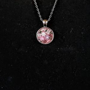 \'Anemone\' nyaklánc, Ékszer, Nyaklánc, Medálos nyaklánc, Ékszerkészítés, Gyurma, Anemone - Szellőrózsa\n\nSüthető gyurmából, kézzel készült sötét rózsaszín alapon lila, rózsaszín és f..., Meska