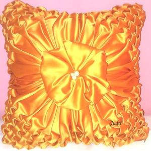 Napsugár díszpárna, Dekoráció, Otthon & lakás, Esküvő, Lakberendezés, Lakástextil, Varrás, Aranyló narancsszínű selyem jerseyből varrtam, középen gyöngyökkel díszítettem. Elegáns, ugyanakkor ..., Meska