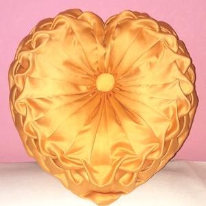 Szív díszpárna, Dekoráció, Otthon & lakás, Esküvő, Lakberendezés, Lakástextil, Varrás, Aranybarna szív alakú díszpárna.\n Kellemes  színével, formájával tökéletes ajándék, akár saját magun..., Meska