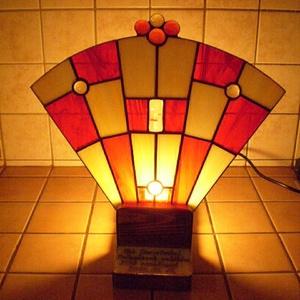 Tiffany feliratozható hangulatlámpa, Lakberendezés, Otthon & lakás, Lámpa, Hangulatlámpa, Asztali lámpa, Üvegművészet, Fa talpra rögzített legyező formájú lámpakülönlegesség. Egyedi tervezés. Ballagásra pedagógusnak vag..., Meska