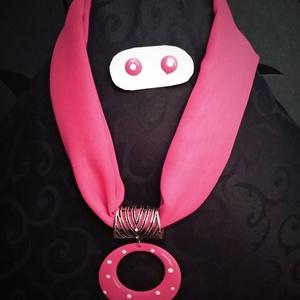 Rózsaszín pöttyös ékszersál és fülbevaló szett, Ékszer, Nyaklánc, Medálos nyaklánc, Sál vagy kendő felhasználásával készült egyedi ékszer hozzá illő fülbevalóval. Minden ruhadarabot fe..., Meska