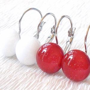 Hófehér és meggypiros színű kapcsos fülbevaló, ajándék nőknek névnapra, születésnapra. , Ékszer, Fülbevaló, Ékszerkészítés, Üvegművészet, Hófehér és piros színű minőségi ékszerüveg felhasználásával készült, olvasztásos  technikával. \nNikk..., Meska