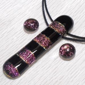 Fekete-mályva csíkos  dichroic ékszerszett, ajándék névnapra, születésnapra., Ékszer, Ruha, divat, cipő, Ékszerszett, Medál, Ékszerkészítés, Üvegművészet, Olvasztásos technikával készült, csúcsminőségű ékszerüvegből. Ez egy rendkívül dekoratív, trendi, e..., Meska