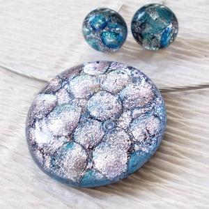 Ezüst-kék medál és stiftes fülbevaló, ajándék névnapra, születésnapra., Ékszer, Ékszerszett, Fülbevaló, Nyaklánc, Ékszerkészítés, Üvegművészet, Olvasztásos technikával, fekete alapon ezüstös-kék mintás dichroic  üvegből készült. Nikkelmentes s..., Meska
