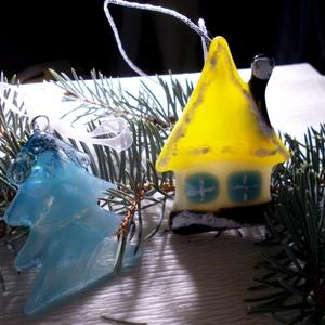 Liliputi házikó fenyőfával, karácsonyfadísz., Karácsonyi, adventi apróságok, Baba-mama-gyerek, Karácsonyfadísz, Karácsonyi dekoráció, Mindenmás, Üvegművészet, Olvasztásos technikával készült, színes minőségi üvegek felhasználásával,  Méretük kb. 6-8 cm Az ár..., Meska
