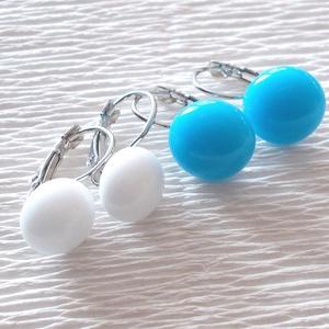 Színes fülbevalók, ajándék nőknek névnapra, születésnapra. , Ékszer, Fülbevaló, Lógó csepp fülbevaló, Ékszerkészítés, Üvegművészet, Hófehér és kék színű minőségi ékszerüveg felhasználásával készült, olvasztásos  technikával. \nNikkel..., Meska