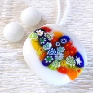Nyári virágzuhatag üvegékszer, ajándék díszdobozban, névnapra, születésnapra., Gyerek & játék, Ékszer, Ékszerszett, Fülbevaló, Ékszerkészítés, Üvegművészet, Fusing technikával készült üvegmedál és fülbevaló. \nFehér színű muránói  üvegből olvasztottam, színe..., Meska