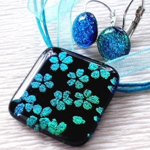 Kék cseresznyevirág medál és fülbevaló, ajándék nőknek névnapra, születésnapra., Ékszer, Ékszerszett, Fülbevaló, Ékszerkészítés, Üvegművészet, Olvasztásos technikával készült elegáns medál és fülbevaló.\nFekete alapon cseresznyevirág mintával, ..., Meska