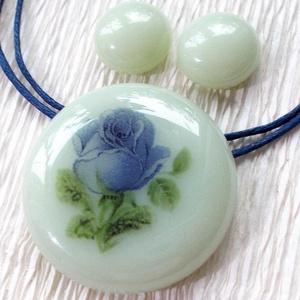 Kék rózsa üvegékszer, ajándék nőknek névnapra, születésnapra., Ékszer, Ékszerszett, Ékszerkészítés, Üvegművészet, Fusing technikával készült, üvegmedál és stiftes fülbevaló.\nHalvány pisztácia  színű ékszerüvegből é..., Meska