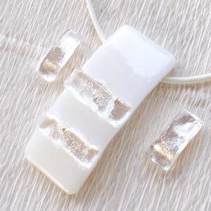 Ezüstös  fehér ékszerszett, díszdobozba csomagolva, névnapra, születésnapra., Ékszer, Ékszerszett, Ékszerkészítés, Üvegművészet, Olvasztásos technikával készült trendi medál és két pár fülbevaló.\nCsúcsminőségű  fehér ékszerüvegbő..., Meska