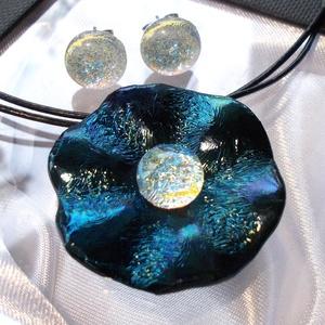 Smaragd rózsa üvegmedál , ajándék Valentin napra, névnapra születésnapra., Ékszer, Gyűrű, Fülbevaló, Ékszerszett, Ékszerkészítés, Üvegművészet, Fusing technikával készült formatervezett  medál.\nAntik hatású, smaragd kék-zöld fénnyel irizáló üve..., Meska