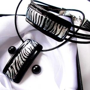Ezüst-fekete zebra mintával, saját  tervezésű hajlított ékszerszett., Táska, Divat & Szépség, Ruha, divat, Női ruha, Kosztüm, Estélyi ruha, Ruha, Ékszerkészítés, Üvegművészet, Fusing technikával készült  csúcsminőségű fekete ékszerüvegből  olvasztottam, zebra mintás dichroic ..., Meska